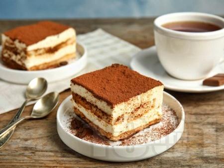 Торта тирамису с готови блатове, крема сирене, заквасена и течна сметана и кафе (без бишкоти) - снимка на рецептата